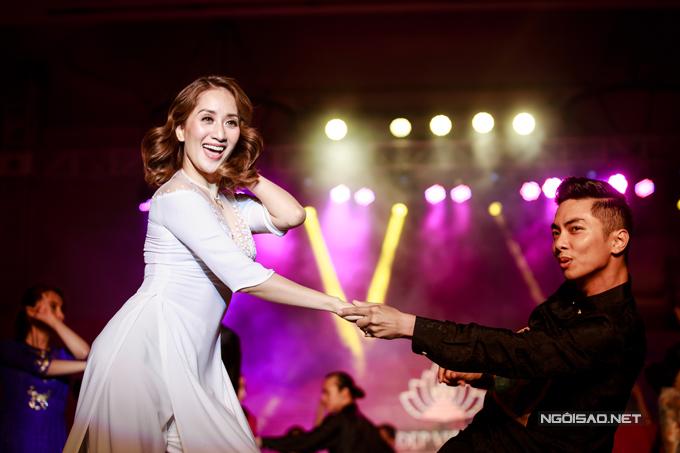 Vợ chồng Khánh Thi - Phan Hiển khiêu vũ tình tứ trên sân khấu - Ảnh minh hoạ 8