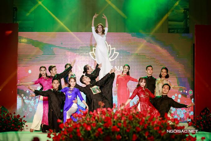 Vợ chồng Khánh Thi - Phan Hiển khiêu vũ tình tứ trên sân khấu - Ảnh minh hoạ 9