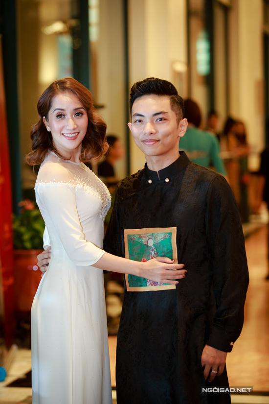 Vợ chồng Khánh Thi - Phan Hiển khiêu vũ tình tứ trên sân khấu