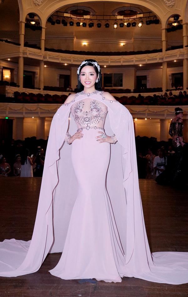 Giáng My sexy, Hà Kiều Anh quý phái đi sự kiện