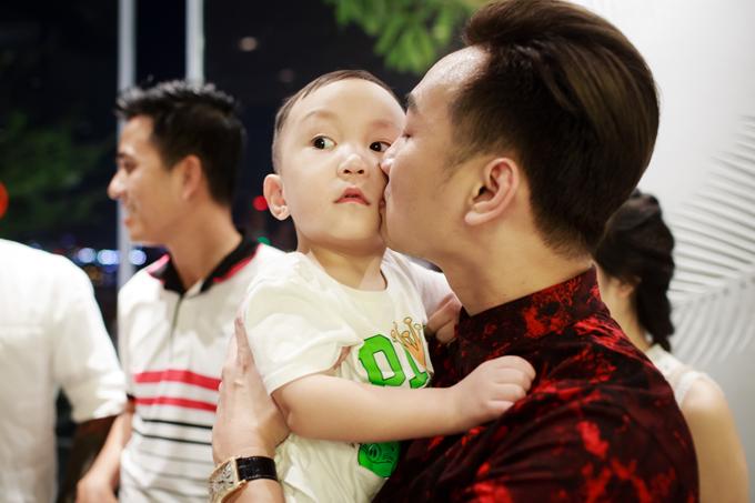 Tuấn Hưng cùng vợ con đến mừng MC Thành Trung lên chức ông chủ - Ảnh minh hoạ 5