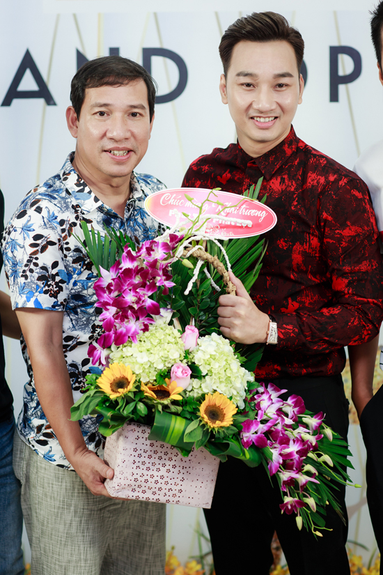 Tuấn Hưng cùng vợ con đến mừng MC Thành Trung lên chức ông chủ - Ảnh minh hoạ 8