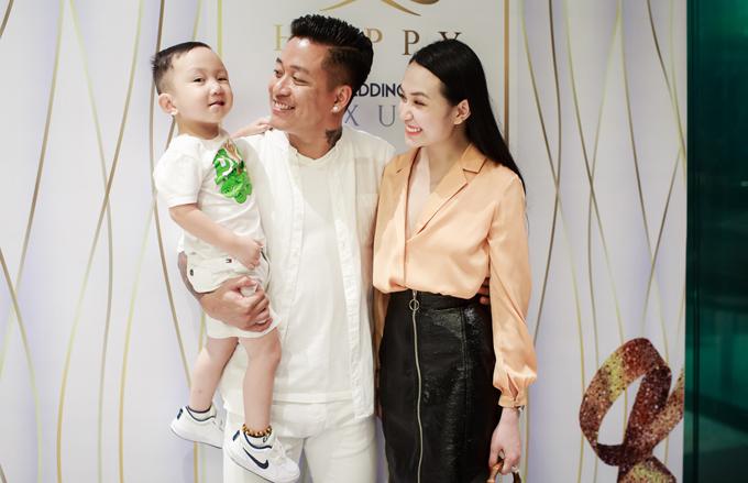 Tuấn Hưng cùng vợ con đến mừng MC Thành Trung lên chức ông chủ - Ảnh minh hoạ 3