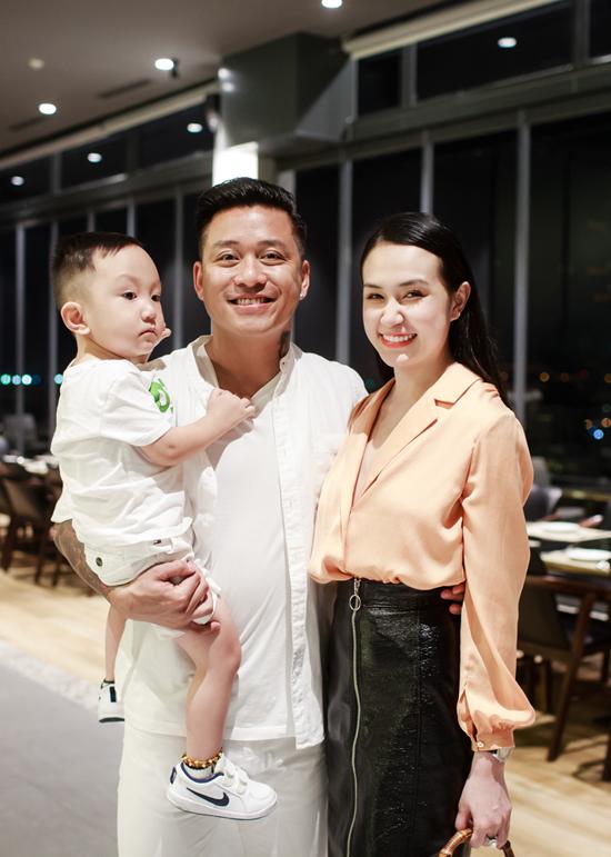 Tuấn Hưng cùng vợ con đến mừng MC Thành Trung lên chức ông chủ