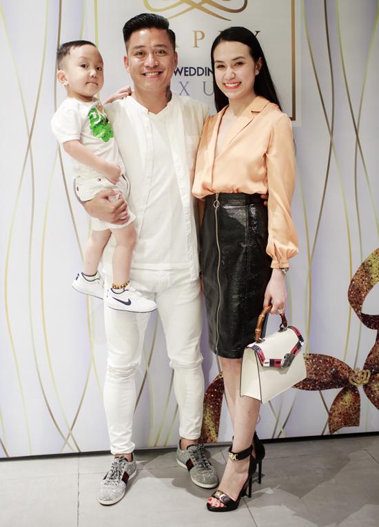 Tuấn Hưng cùng vợ con đến mừng MC Thành Trung lên chức ông chủ - Ảnh minh hoạ 2