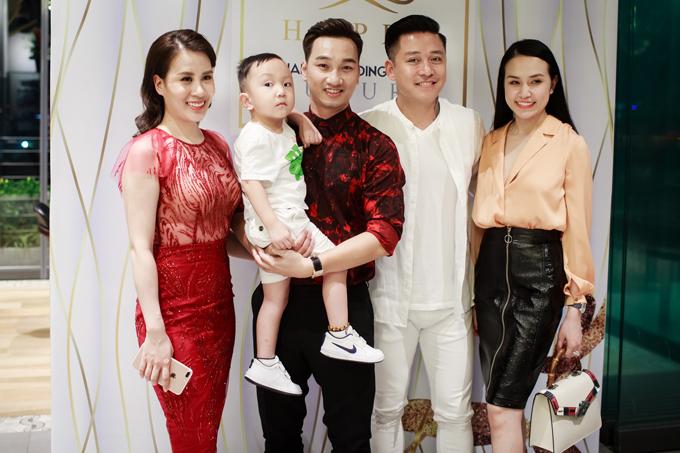 Tuấn Hưng cùng vợ con đến mừng MC Thành Trung lên chức ông chủ - Ảnh minh hoạ 4