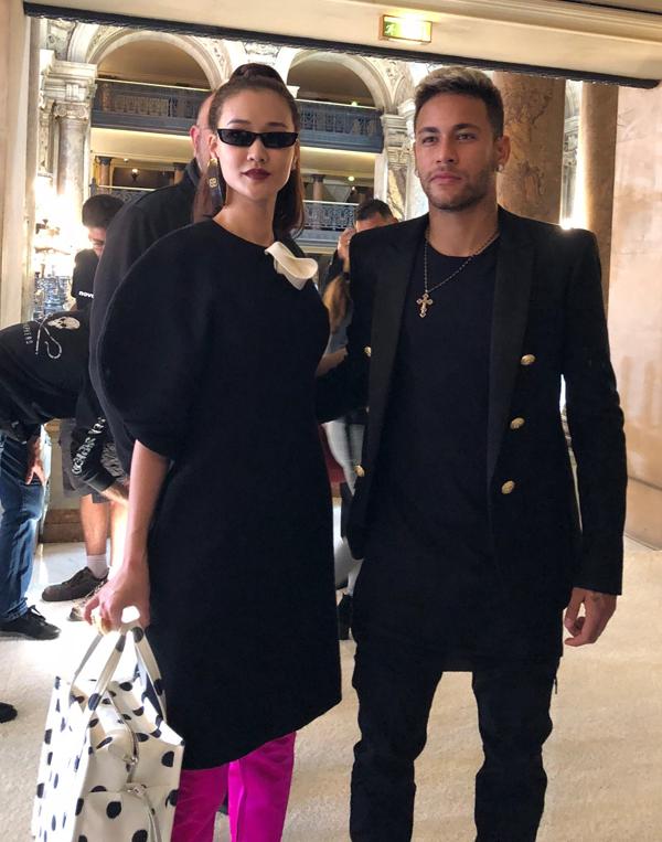 Maya mặc sành điệu, khoe ảnh chụp với siêu sao bóng đá Neymar - Ảnh minh hoạ 5