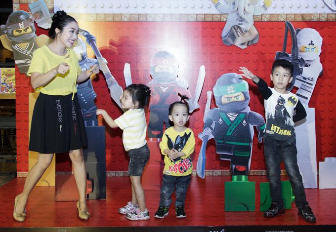 Ốc Thanh Vân, Minh Hà vất vả trông nom các con tại event