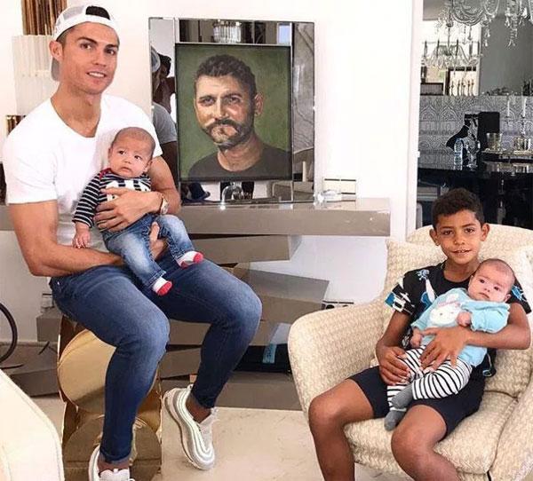 C. Ronaldo khoe cặp song sinh hơn 3 tháng tuổi bên bức vẽ ông Aveiro.