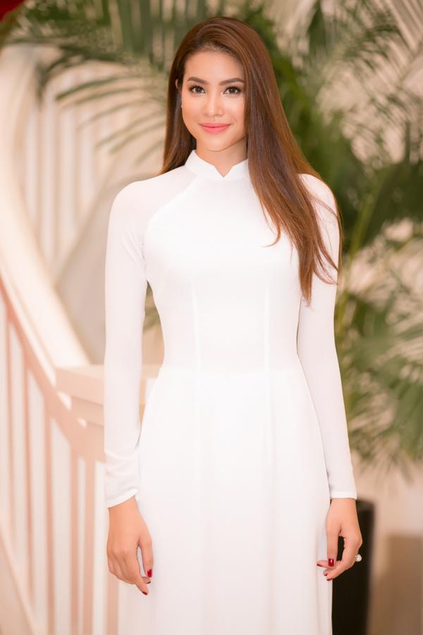 Phạm Hương diện áo dài trắng như nữ sinh dự sự kiện - Ảnh minh hoạ 3