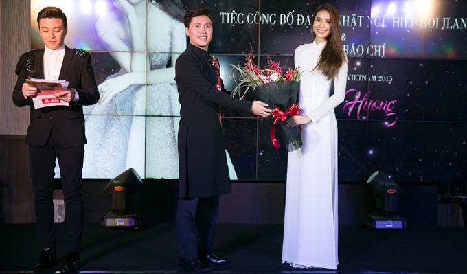 Phạm Hương diện áo dài trắng như nữ sinh dự sự kiện - Ảnh minh hoạ 6