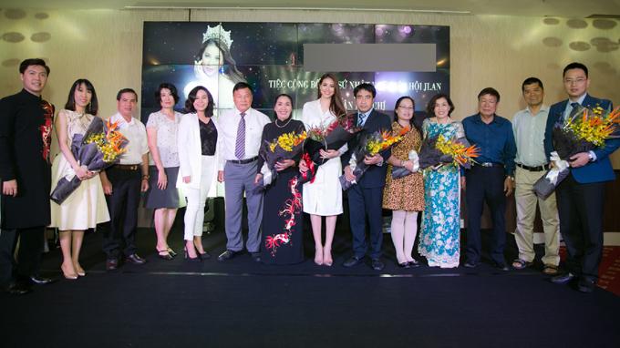 Phạm Hương diện áo dài trắng như nữ sinh dự sự kiện - Ảnh minh hoạ 8