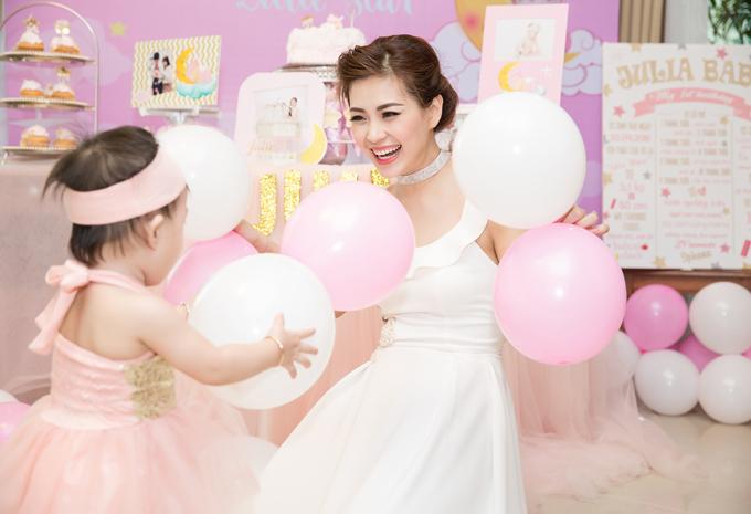 Chồng đại gia đi vắng, Diễm Trang một mình làm tiệc thôi nôi cho con gái - Ảnh minh hoạ 4