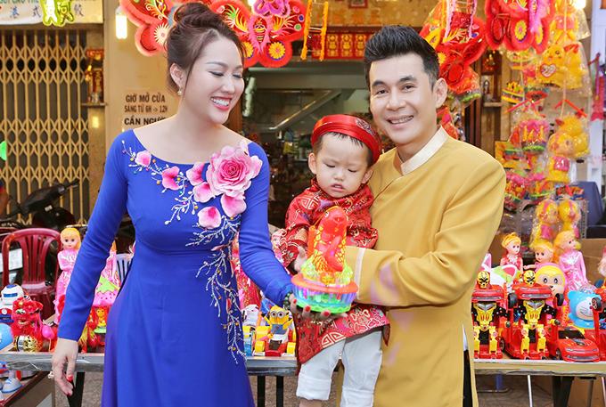 Phi Thanh Vân bế con trai đi chơi trung thu với bạn bè