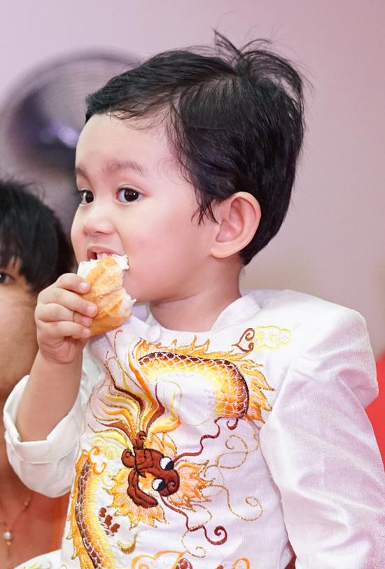 Kubi gặm bánh mì trong lúc bố mẹ bận rộn cúng Tổ nghề - Ảnh minh hoạ 9
