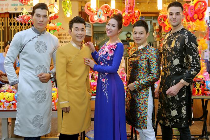 Phi Thanh Vân bế con trai đi chơi trung thu với bạn bè - Ảnh minh hoạ 6