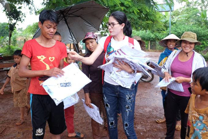 Trang Trần xúc động khi về Gia Lai tặng xe đạp và quà cho học trò nghèo - Ảnh minh hoạ 10