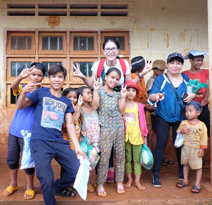 Trang Trần xúc động khi về Gia Lai tặng xe đạp và quà cho học trò nghèo - Ảnh minh hoạ 11
