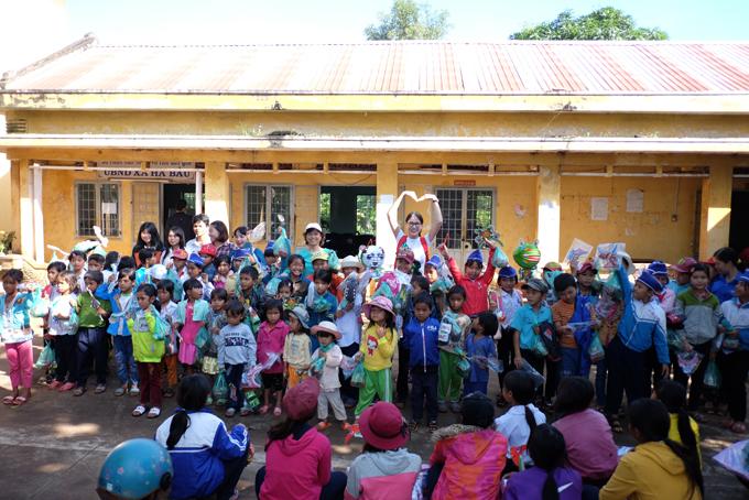 Trang Trần xúc động khi về Gia Lai tặng xe đạp và quà cho học trò nghèo - Ảnh minh hoạ 2