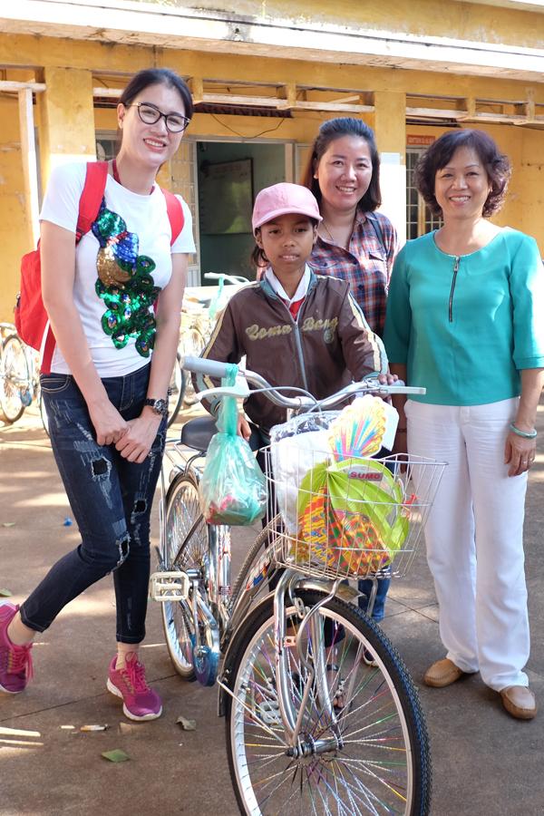 Trang Trần xúc động khi về Gia Lai tặng xe đạp và quà cho học trò nghèo - Ảnh minh hoạ 3