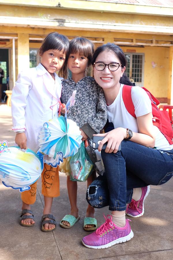 Trang Trần xúc động khi về Gia Lai tặng xe đạp và quà cho học trò nghèo - Ảnh minh hoạ 4