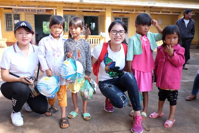 Trang Trần xúc động khi về Gia Lai tặng xe đạp và quà cho học trò nghèo - Ảnh minh hoạ 5