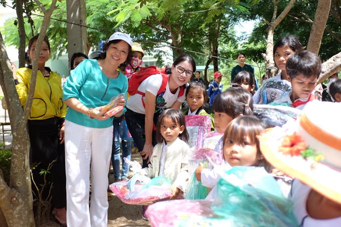 Trang Trần xúc động khi về Gia Lai tặng xe đạp và quà cho học trò nghèo - Ảnh minh hoạ 6