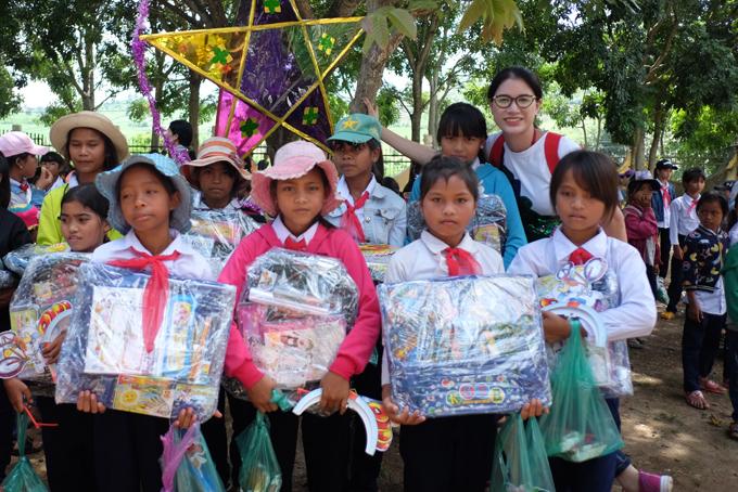 Trang Trần xúc động khi về Gia Lai tặng xe đạp và quà cho học trò nghèo - Ảnh minh hoạ 7