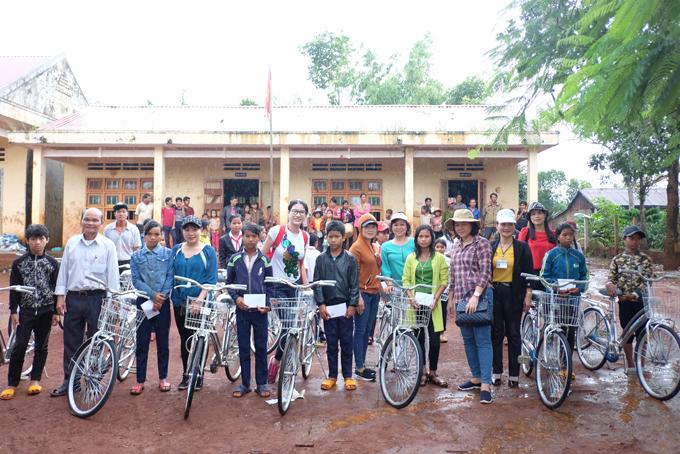Trang Trần xúc động khi về Gia Lai tặng xe đạp và quà cho học trò nghèo - Ảnh minh hoạ 8