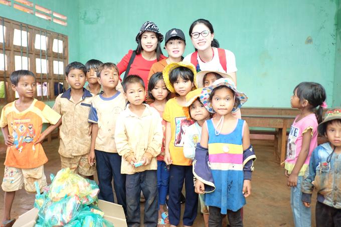 Trang Trần xúc động khi về Gia Lai tặng xe đạp và quà cho học trò nghèo - Ảnh minh hoạ 9