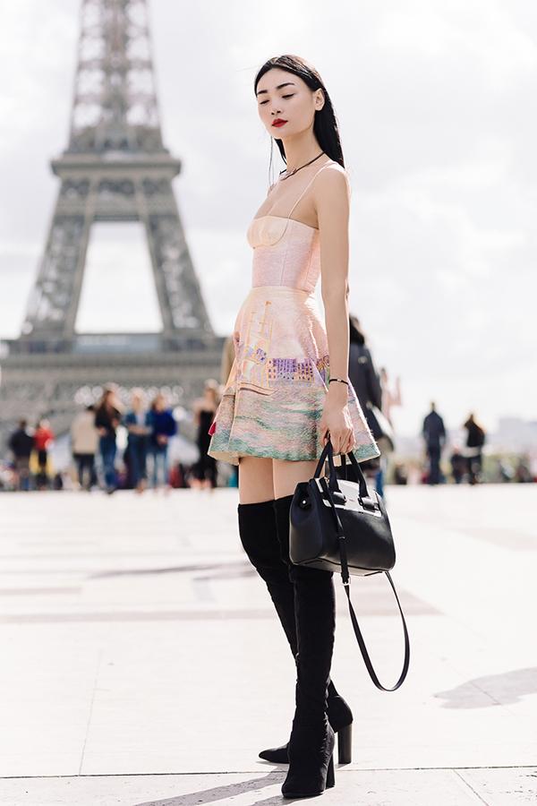 Trong khi dạo phố và ghi lại hình ảnh street style, Thùy Trang vô tình nhận được lời mời tham gia casting cho trunk show của Louis Vuitton.