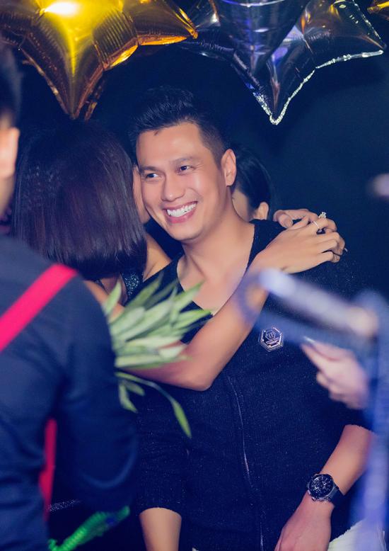 Việt Anh thân mật với hai bạn diễn phim