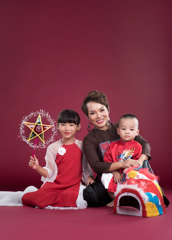 Con gái Thái Thùy Linh tươi cười bên mẹ và em trai út - Ảnh minh hoạ 2