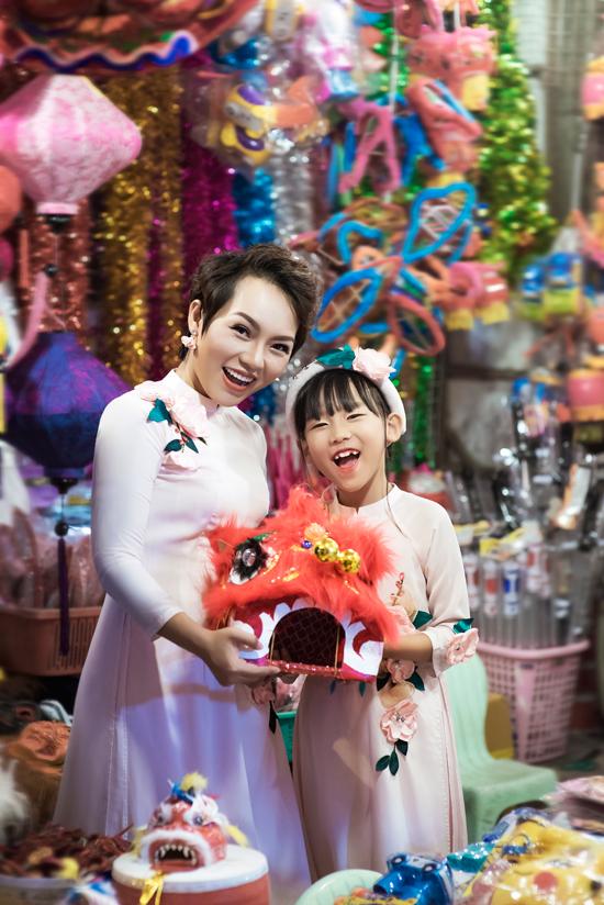 Con gái Thái Thùy Linh tươi cười bên mẹ và em trai út - Ảnh minh hoạ 7