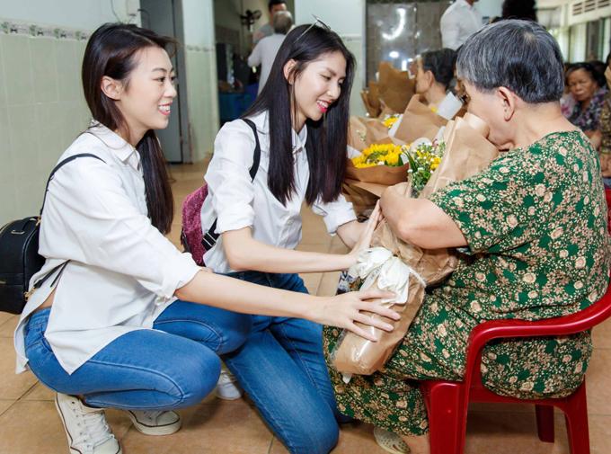 Thùy Dương, Kikki Lê mặc giản dị đi thăm các cụ già neo đơn - Ảnh minh hoạ 3