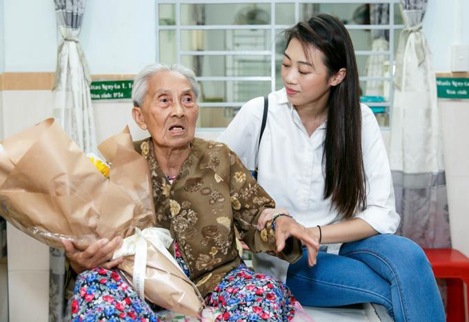 Thùy Dương, Kikki Lê mặc giản dị đi thăm các cụ già neo đơn - Ảnh minh hoạ 7