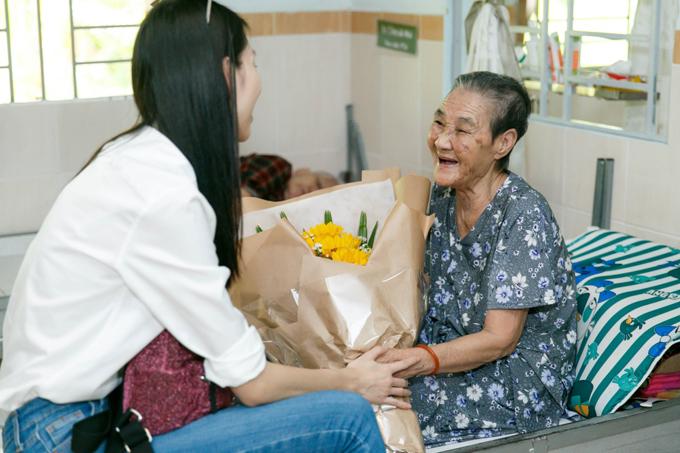 Thùy Dương, Kikki Lê mặc giản dị đi thăm các cụ già neo đơn - Ảnh minh hoạ 8