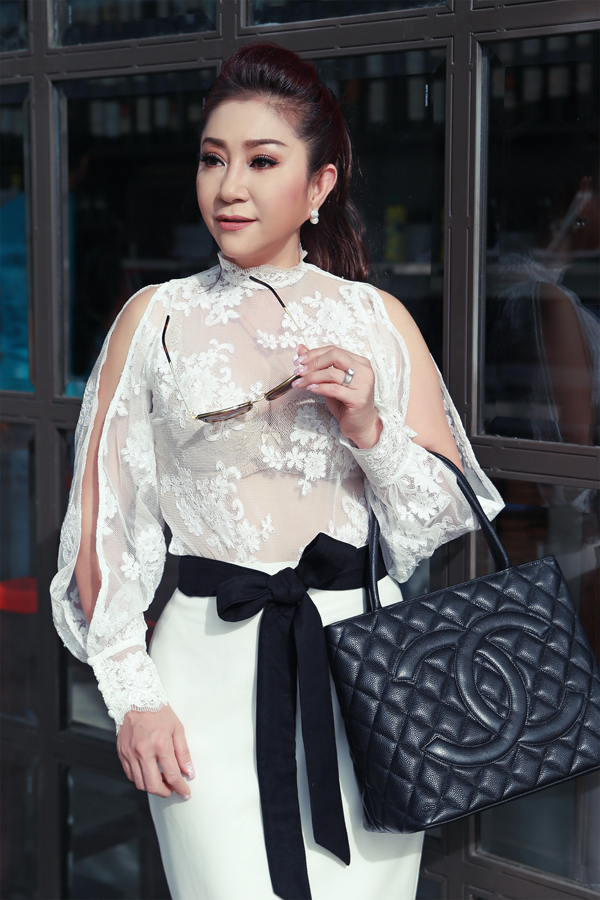 nghe-si-cai-luong-thoai-my-hiem-hoi-mac-sexy-ra-pho-2