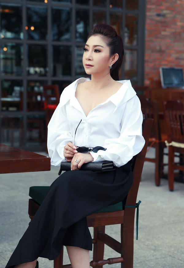 nghe-si-cai-luong-thoai-my-hiem-hoi-mac-sexy-ra-pho-6