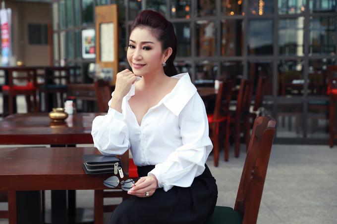 nghe-si-cai-luong-thoai-my-hiem-hoi-mac-sexy-ra-pho-7