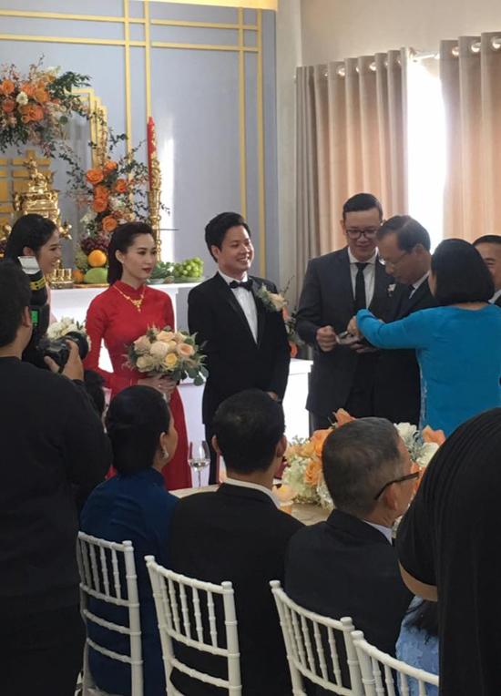 Đặng Thu Thảo khóc ôm mẹ trước khi theo chồng đại gia về dinh