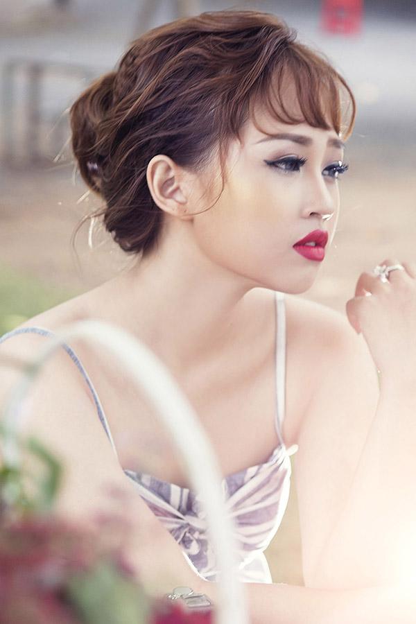 Những nàng thích phong cách quý cô kiêu sa có thể chọn kiểu trang điểm cổ điển với son màu hồng đỏ