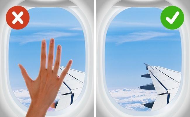 Chạm vào các vật xung quanh: mọi thứ trên máy bay đều chứa rất nhiều vi trùng, vi khuẩn, ngay cả nơi ít tiếp xúc như cửa kính. Do đó, nếu không cần thiết thì bạn không nên chạm vào chúng quá nhiều.
