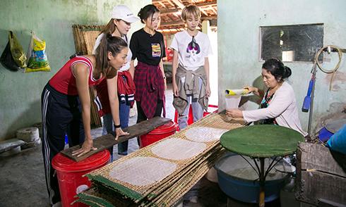 Team The Face Hồ Ngọc Hà lóng ngóng tập làm bánh tráng