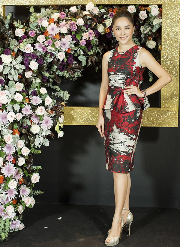 Váy peplum cắt may trên chất liệu vải in hoạ tiết phối màu đỏ trắng đen bắt mắt được Thiên Lý chọn lựa để xuất hiện trong sự kiện.