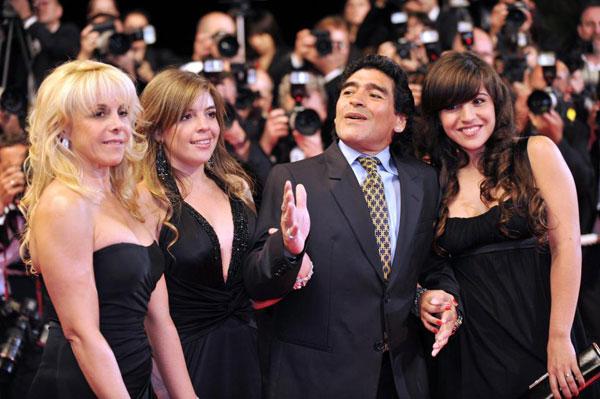 Maradona bên vợ cũ Claudia Villafante và hai con gái.