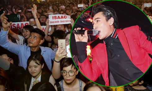 Hàng nghìn khán giả đứng chen chúc xem Isaac biểu diễn