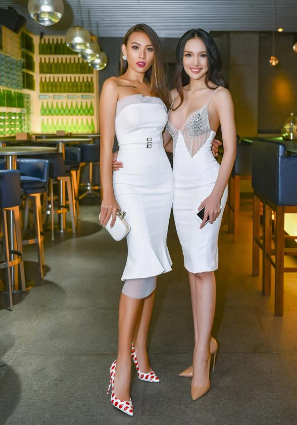 Dàn mẫu diện váy trắng sexy dự sinh nhật Văn Thành Công