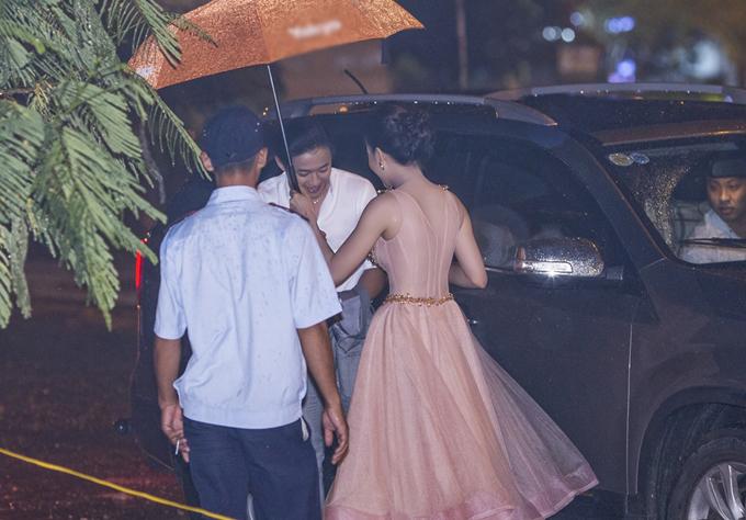 Quý Bình đội mưa gió tới chúc mừng 'bạn gái tin đồn' Bảo Như
