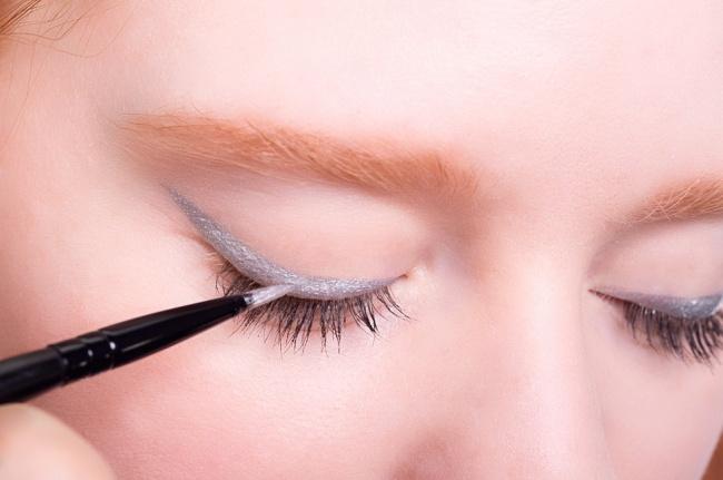 Phấn mắt nhũ cũng có thể sử dụng như kẻ viền mắt, với điều kiện bạn có một cây cọ kẻ viền mắt đầu dẹt.